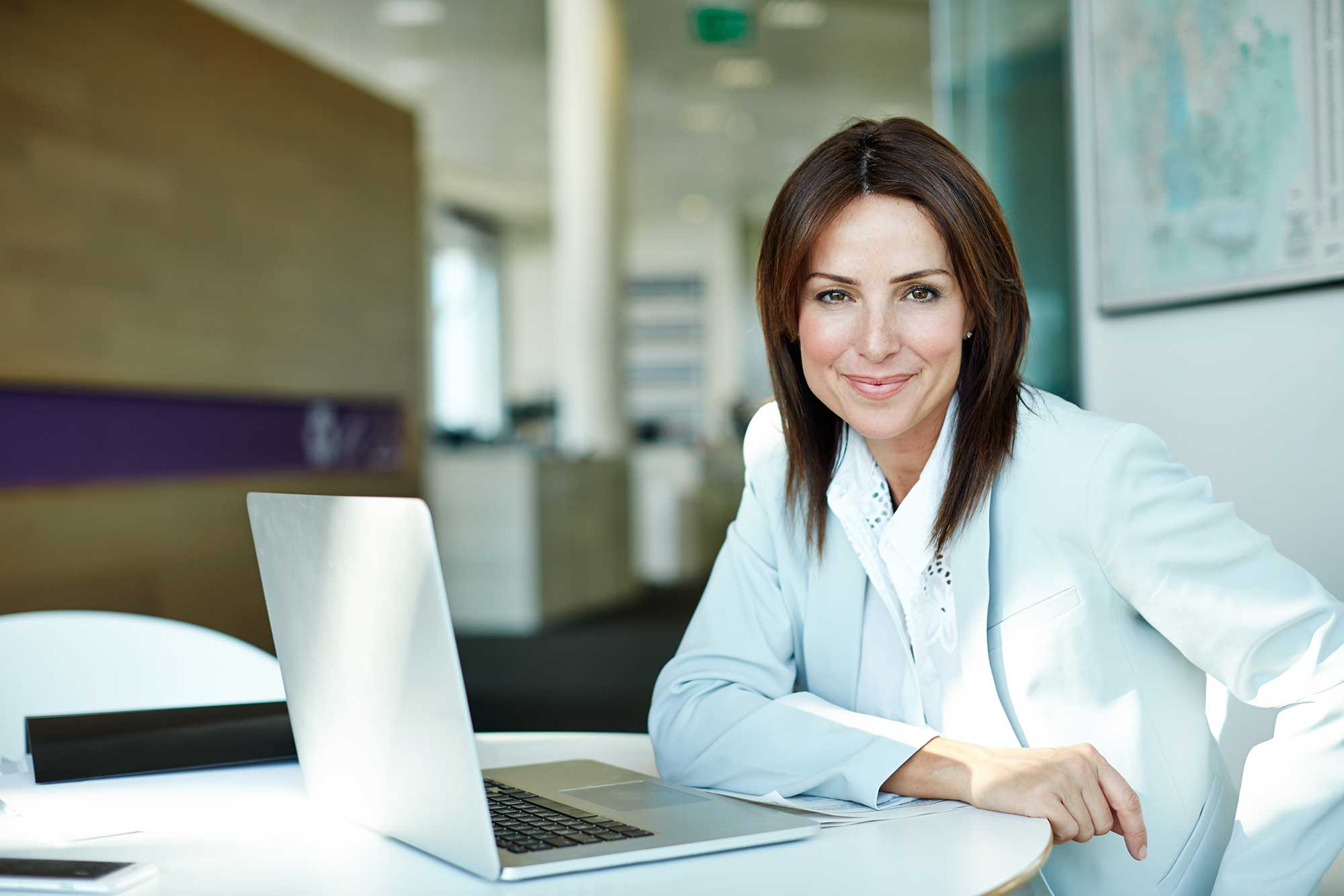 Foto: Frau vor Laptop, Office -